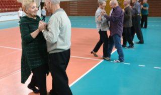 seniorzy tanecznym krokiem